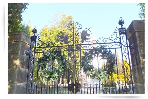 アンソレイエの結婚式場の門