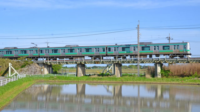 JR成田線と水田に映る電車