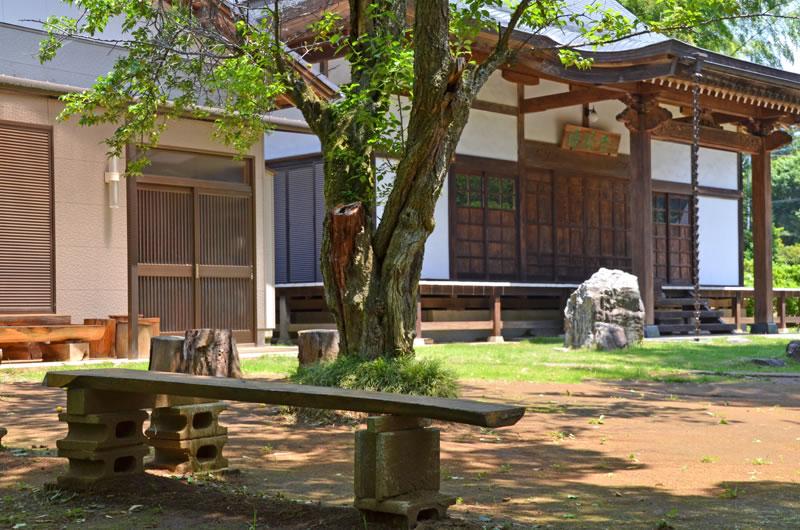 結縁寺境内の木のベンチ