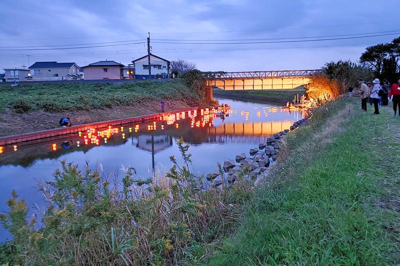 弁天川のランタンと成田線