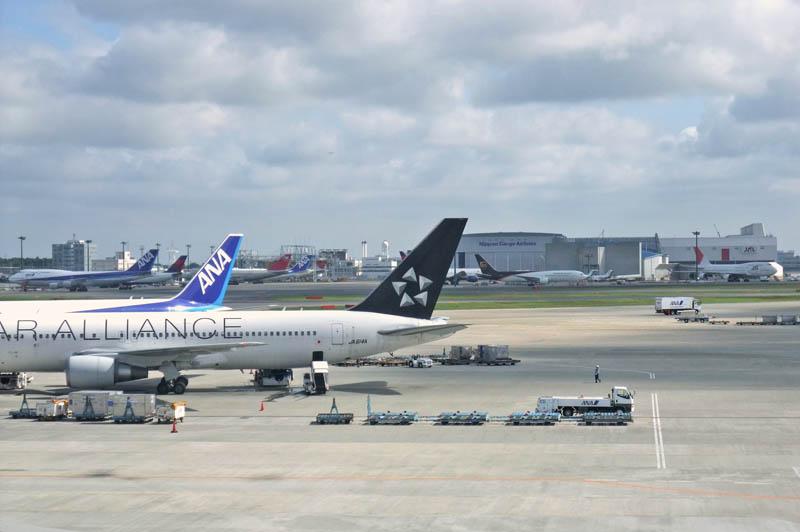 成田空港から飛行機を見る